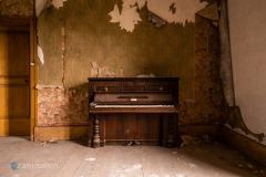 Klavier an der Wand